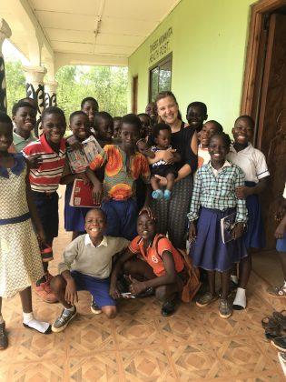 Ana Kustec v objemu z otroki v Gani