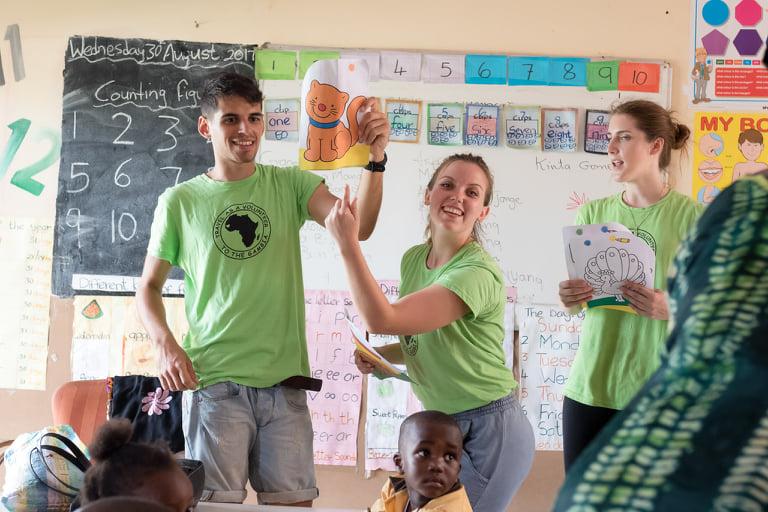 Prostovoljci Za otroke sveta v učilnici v Gambiji