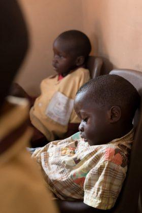 Otrok, ki spi na sedežu v Gambiji