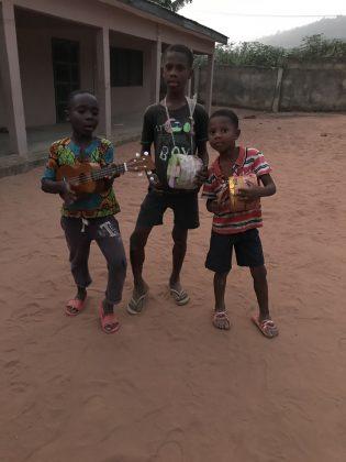 Otroci v Gani, stojijo in pozirajo na pesku