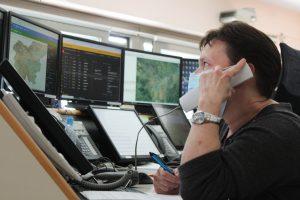 operaterka se pogovarja po telefonu