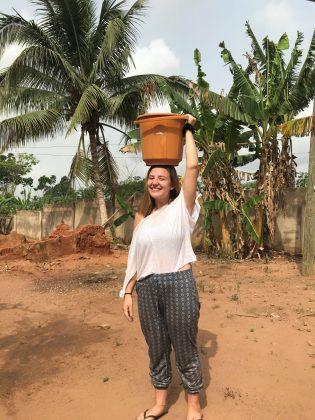 Ana Kustec v Gani, stoji s s posodo na glavi
