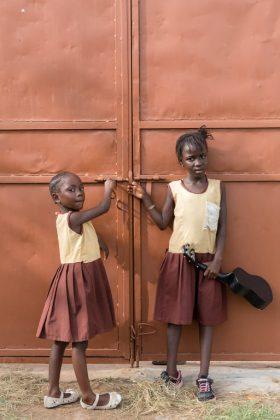 Dekleti učenki v Gambiji