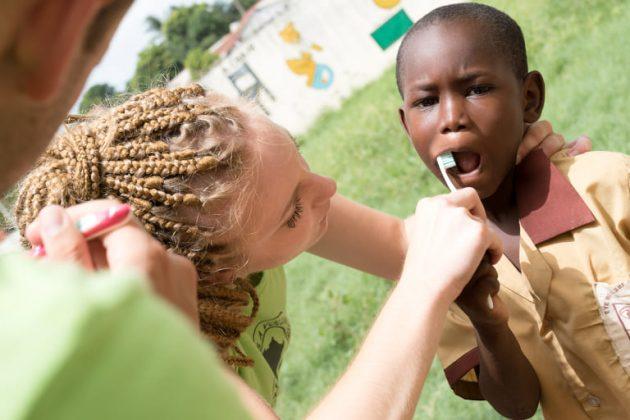 Umivanje zob otrok v Gambiji